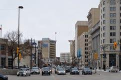 WINNIPEG KANADA - 2014-11-17: Trafik på Portage på den huvudsakliga föreningspunkten som norrut ser på strömförsörjningsst-rutt 8 Royaltyfri Bild