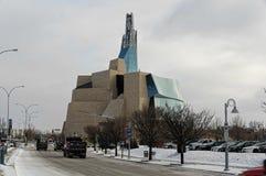 WINNIPEG KANADA - 2014-11-18: Vintersikt på det kanadensiska museet för mänskliga rättigheter CMHR är ett nationellt museum i Win Royaltyfria Foton