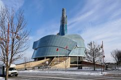 WINNIPEG KANADA - 2014-11-22: Vintersikt på det kanadensiska museet för mänskliga rättigheter CMHR är ett nationellt museum i Win Fotografering för Bildbyråer
