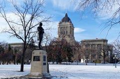 Winnipeg, Manitoba, Καναδάς - 2014-11-21: Άγαλμα εγκαυμάτων του Robert μπροστά από το νομοθετικό κτήριο του Manitoba Στοκ Εικόνες