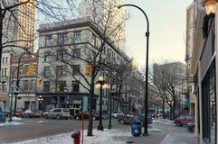 Winnipeg, Manitoba, Kanada - 2014-11-25: Winter in der Stadt Winteransicht über die Ecke von McDermot Allee und von Albert-St. Lizenzfreie Stockfotografie