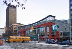Winnipeg, Manitoba, Kanada - 2014 11 18: Zima widok przez Portage aleję na MTS Centre arenie Salowa arena wewnątrz fotografia royalty free