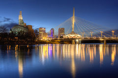 Winnipeg nattCityscape royaltyfria foton