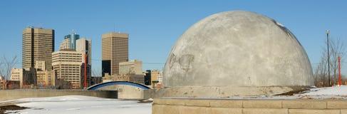 Winnipeg-Skyline und Rückseite der skateboarding Struktur. Stockfotos