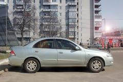 Winnnica, Ucr?nia - em abril de 2018, o carro de prata privado de Nissan Almera na cidade Vista do carro do lado imagens de stock royalty free