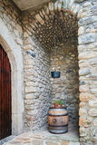 Wino baryłka w zatoczce w wioski modzie w Ardeche regionie Obraz Stock