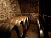 Wino baryłki w lochu Zdjęcia Royalty Free