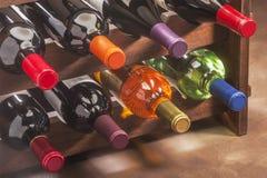 Wino butelki brogować w stojaku Fotografia Royalty Free
