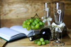 Wino butelki książkowy i szklany winogrono Fotografia Stock