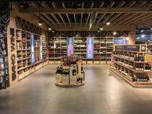 Wino butelki na półkach w supermarkecie Fotografia Stock