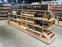 Wino butelki na półkach w supermarkecie Zdjęcia Royalty Free