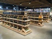 Wino butelki na półkach w supermarkecie Zdjęcie Royalty Free