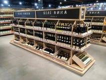 Wino butelki na półkach w supermarkecie Fotografia Royalty Free