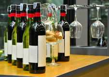 Wino butelki set na drewnianym stole Zdjęcie Royalty Free