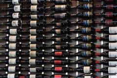 Wino butelki właściciela stojak z win bottels Napoju tło Fotografia Royalty Free