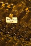 wino butelki w archiwum lochu, Ezerjo, Węgry zdjęcia royalty free