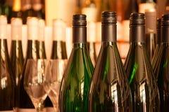 Wino butelki w wino sklepie Zdjęcia Royalty Free