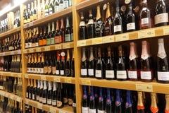 Wino butelki w sklepie Fotografia Stock
