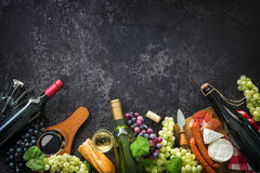 Wino butelki z winogronami, serem, baleronem i korkami, zdjęcia royalty free