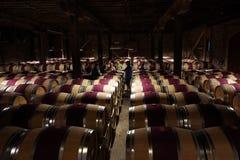 Wino entuzjasty w Hess wytwórnii win Inkasowym lochu podczas wino degustaci objeżdżają w Napie, Kalifornia Zdjęcie Stock