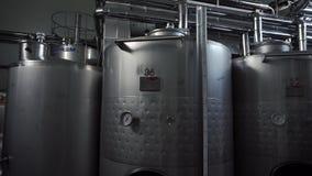 Wino fabryczna sala z ogromną pionowo wino stalą beczkuje dokąd winogrona fermentują zbiory