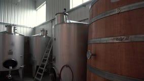 Wino fabryczna sala z Ogromnego pionowo wina Dębowymi lesistymi baryłkami dokąd winogrona fermentują zbiory wideo
