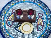 Wino, gospodarz i x28; Sakramentalny Bread& x29; na Ceramicznym talerzu Obrazy Stock