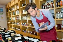 Wino handlarz sprawdza zapas zdjęcia stock