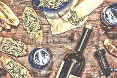 Wino i crostini z pastą avocado Zdjęcie Stock