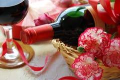 Wino i prezent dla przyjęcia obraz stock