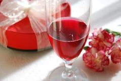 Wino i prezent dla przyjęcia zdjęcia stock