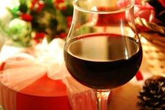 Wino i prezent dla przyjęcia gwiazdkowego zdjęcia royalty free