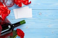 Wino i prezent na błękitnym tle Fotografia Stock