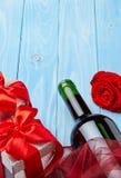 Wino i prezent na błękitnym tle Zdjęcia Stock
