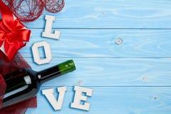 Wino i prezent na błękitnym tle Obrazy Royalty Free