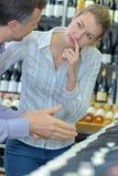 Wino klient pewny wierzyć sprzedawcy zdjęcie stock