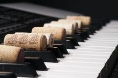Wino korek na fortepianowej klawiaturze Obraz Royalty Free