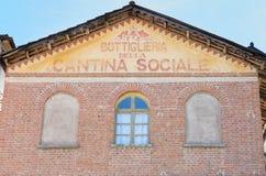 Wino loch i sklepowy stary znak malowaliśmy na fasadzie w Włochy Obrazy Royalty Free