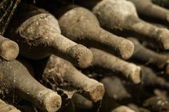 Wino loch z butelkami obraz stock