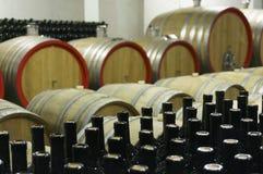 Wino loch z drewnianymi baryłkami 4 i wypełniać szklanymi butelkami Zdjęcie Royalty Free
