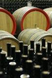 Wino loch z drewnianymi baryłkami 8 i wypełniać szklanymi butelkami Zdjęcie Royalty Free
