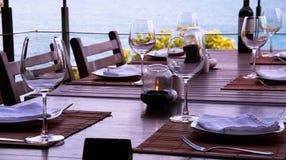 Wino nadmorski i szkła restauracja obraz stock