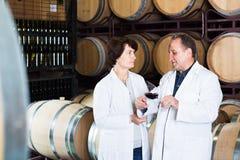 Wino producent z wineglass Zdjęcia Royalty Free