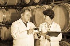 Wino producent z wineglass Zdjęcie Royalty Free