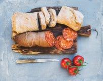 Wino przekąski set Węgierska mangalica wieprzowiny salami kiełbasa, nieociosany chleb i świezi pomidory na ciemnej drewnianej des fotografia royalty free