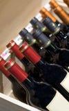 Wino sklep Butelka wina na pokazie w klatki piersiowej pudełku fotografia stock