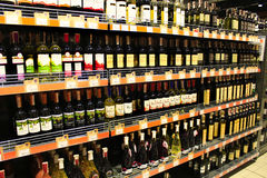 Wino sklep z szerokim wyborem towary Fotografia Stock