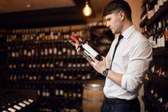 Wino sprzedawca trzyma butelkę wino obrazy stock