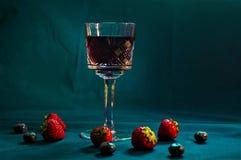 Wino, truskawki i czarne jagody, Zdjęcie Stock