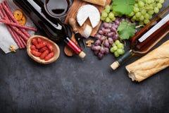 Wino, winogrono, ser, kiełbasy Zdjęcia Royalty Free